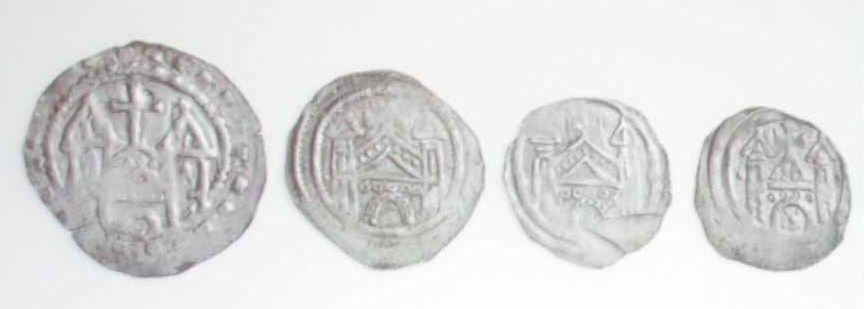 Domansichten auf Pfennigen des 12. Jahrhunderts