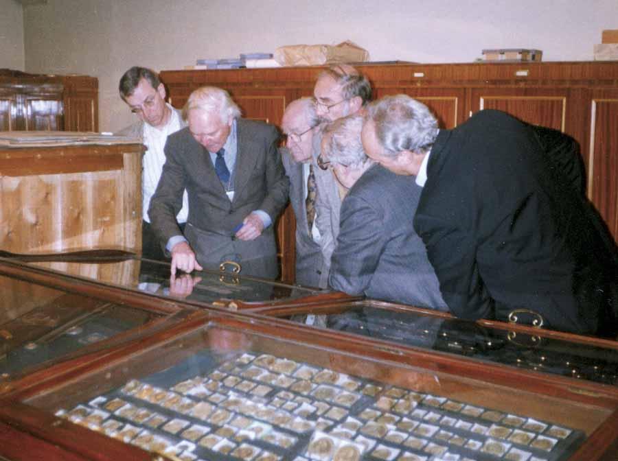 Dr. Vsjevolod Potin (zweiter v.l.) zeigt seine Schätze