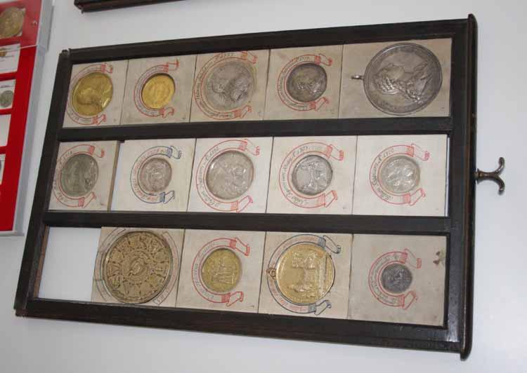 Handgefertigte Münztabletts aus der Sammlung des Stiftes St. Gallen