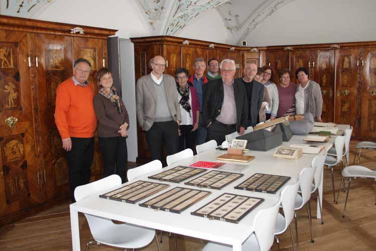 Excursionsteilnehmer in der alten Handschriftenkammer des Stiftes St. Gallen