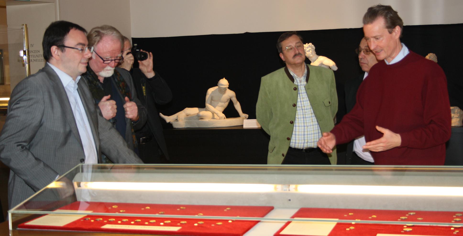 Doz. Dr. Kay Ehling zeigt Mitgliedern der SNG die böhmischen Prägungen der Kelten.
